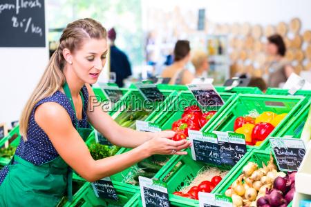 supermarkt angestellte fuellt regale auf