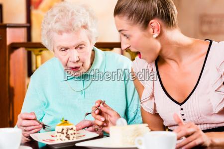 oma und enkelin lachen bei kaffee