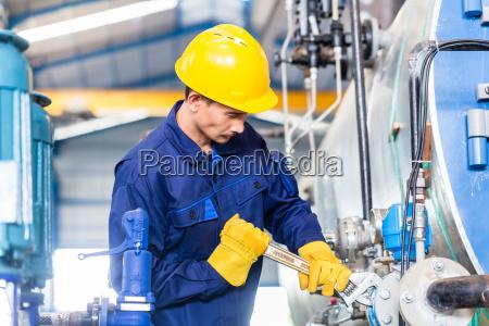 techniker in der fabrik bei der