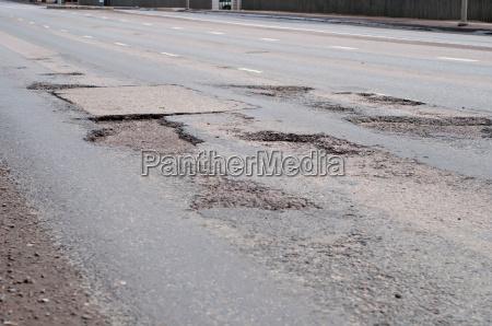 grosses loch in der strasse asphalt