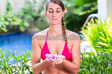 frau im tropischen garten macht yoga
