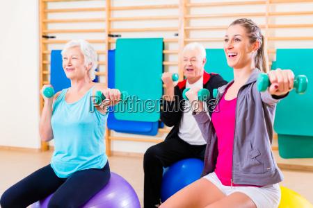 anziani sulla palla di medicina nello