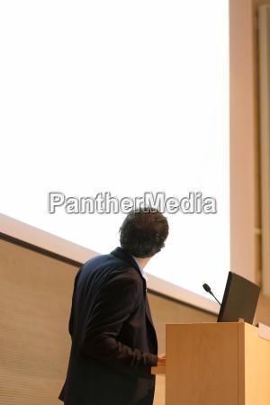 lautsprecher geben diskussion auf dem podium