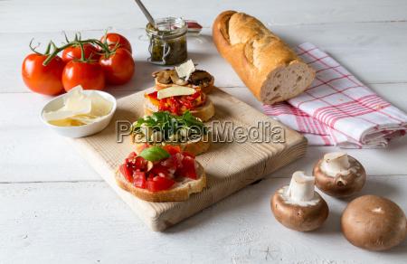 bruschetta mit bohnen und rucola pilze