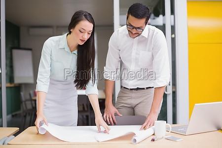 laessige architektur team zusammen arbeiten am