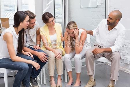 business team sitzt zusammen traurig kollegen