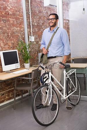 casual geschaeftsmann mit seinem fahrrad