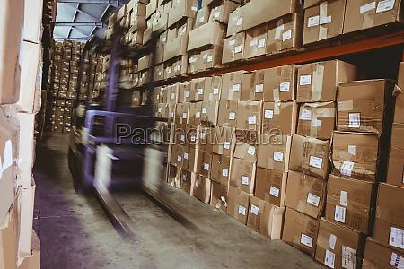gabelstapler in grossen lagerhalle
