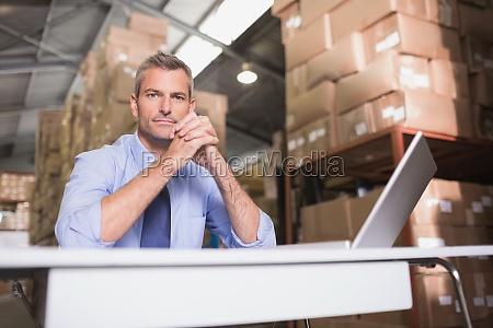 portrait von lagerleiter mit laptop