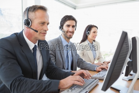 business team arbeitet in einem callcenter