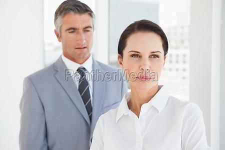 konzentrierte geschaeftsfrau wegschauen