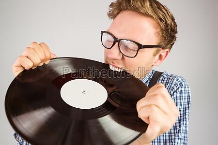 geeky hipster beisst vinyl schallplatte