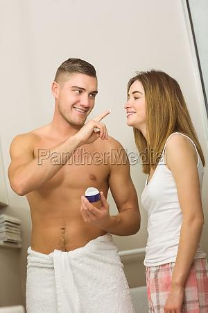 schoener mann cremt freundinnen nase