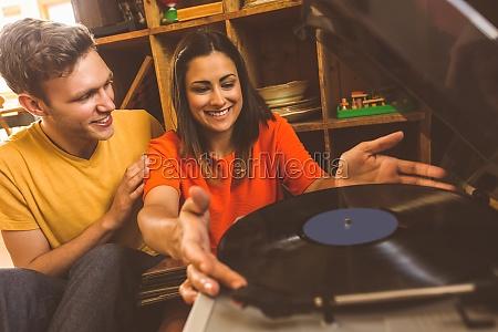 junge paare die auf eine vinylaufzeichnung