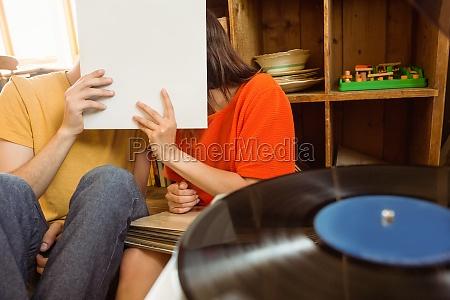 junges paar auf vinyl schallplatte hoeren