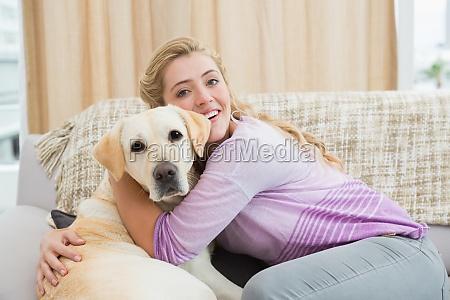 schoene blondine auf der couch mit