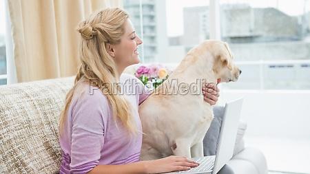 schoene blonde entspannt auf der couch