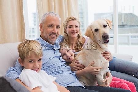 eltern und ihre kinder auf sofa