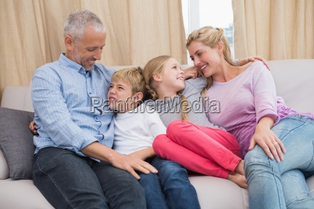glueckliche eltern mit ihren kindern auf