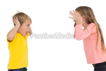niedliche geschwister die sich gegenseitig temieren