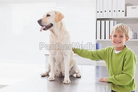 netter hund mit seinem froehlichen besitzer