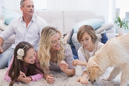 laechelnde familie mit ihrem haustier gelben