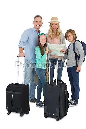 touristische familie die die karte konsultiert