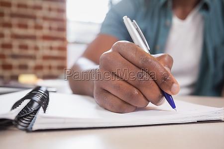casual geschaeftsmann arbeitet an seinem schreibtisch