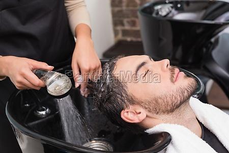 estilista de lavar el cabello mans