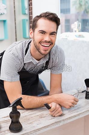 sonriendo a la camara apuesto estilista