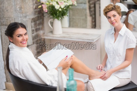frau die eine pedikuere vom kosmetiker