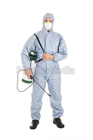 schaedlingsbekaempfung arbeiter mit pestiziden sprayer