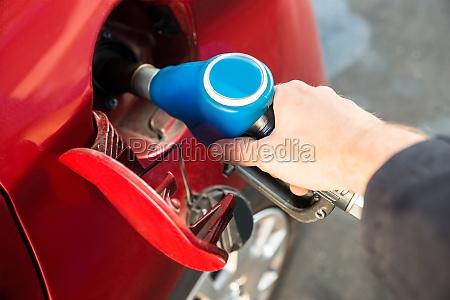 man nachfuellung das auto mit kraftstoff