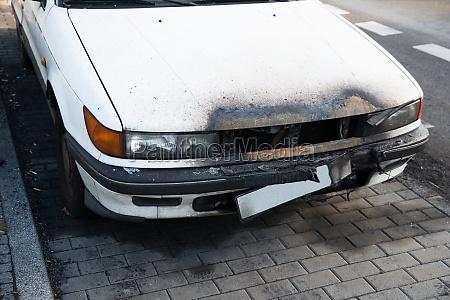 beschaedigte auto auf strasse