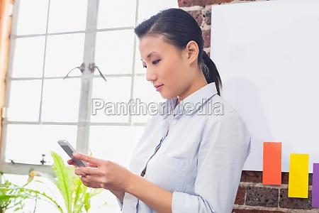 konzentrierte geschaeftsfrau mit digitaler tablette im