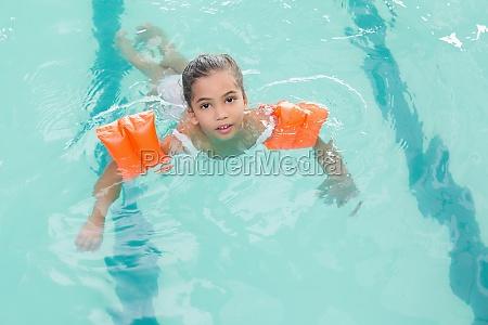 nettes kleines maedchen das zum schwimmen