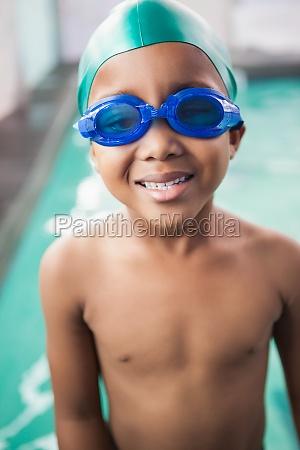 netter kleiner junge laechelnd am pool