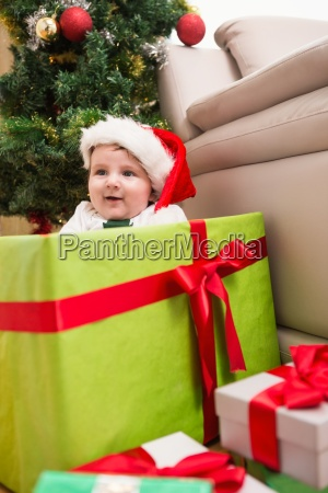 nettes baby in grossen weihnachtsgeschenk