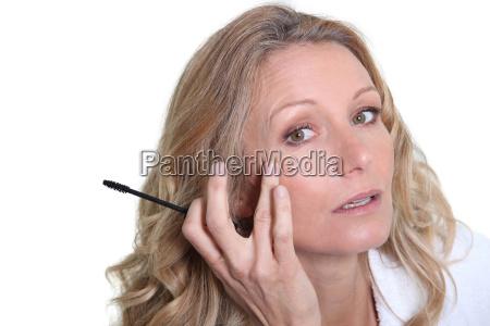 frau auftragen von mascara