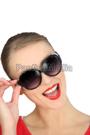 blondine traegt eine sonnenbrille