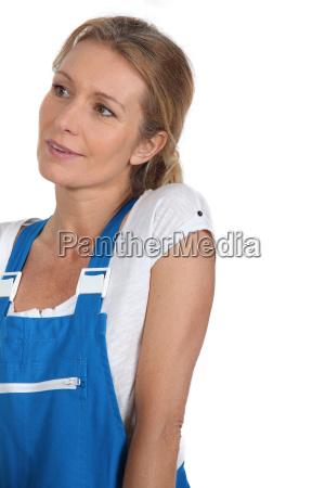 frau weiblich person erwachsen bekleidung latzhose
