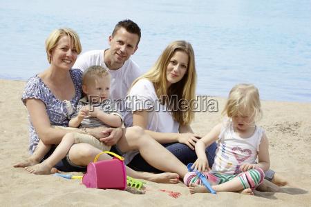 familie mit kinder am strand