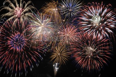 grosses brillantfeuerwerk am himmel mit vielen