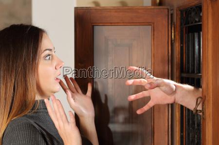 aggression wenn ein einbrecher versuchen eine