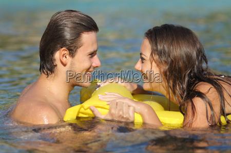 paar im sommer urlaub baden am
