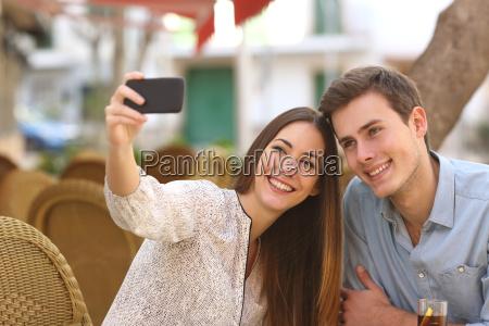 paare die ein selfie foto in