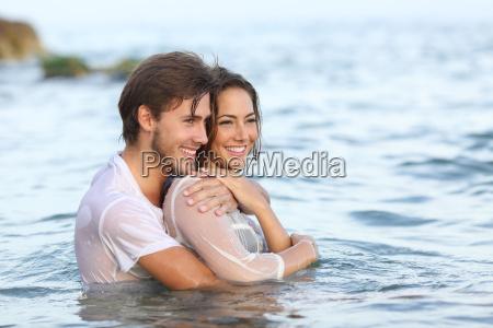 coppia felice in amore abbracciando e