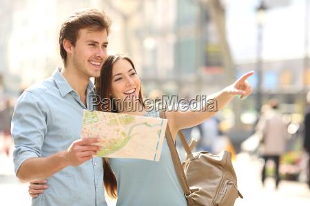 ein, paar, touristen, die, einen, stadtführer, konsultieren, der - 13832167