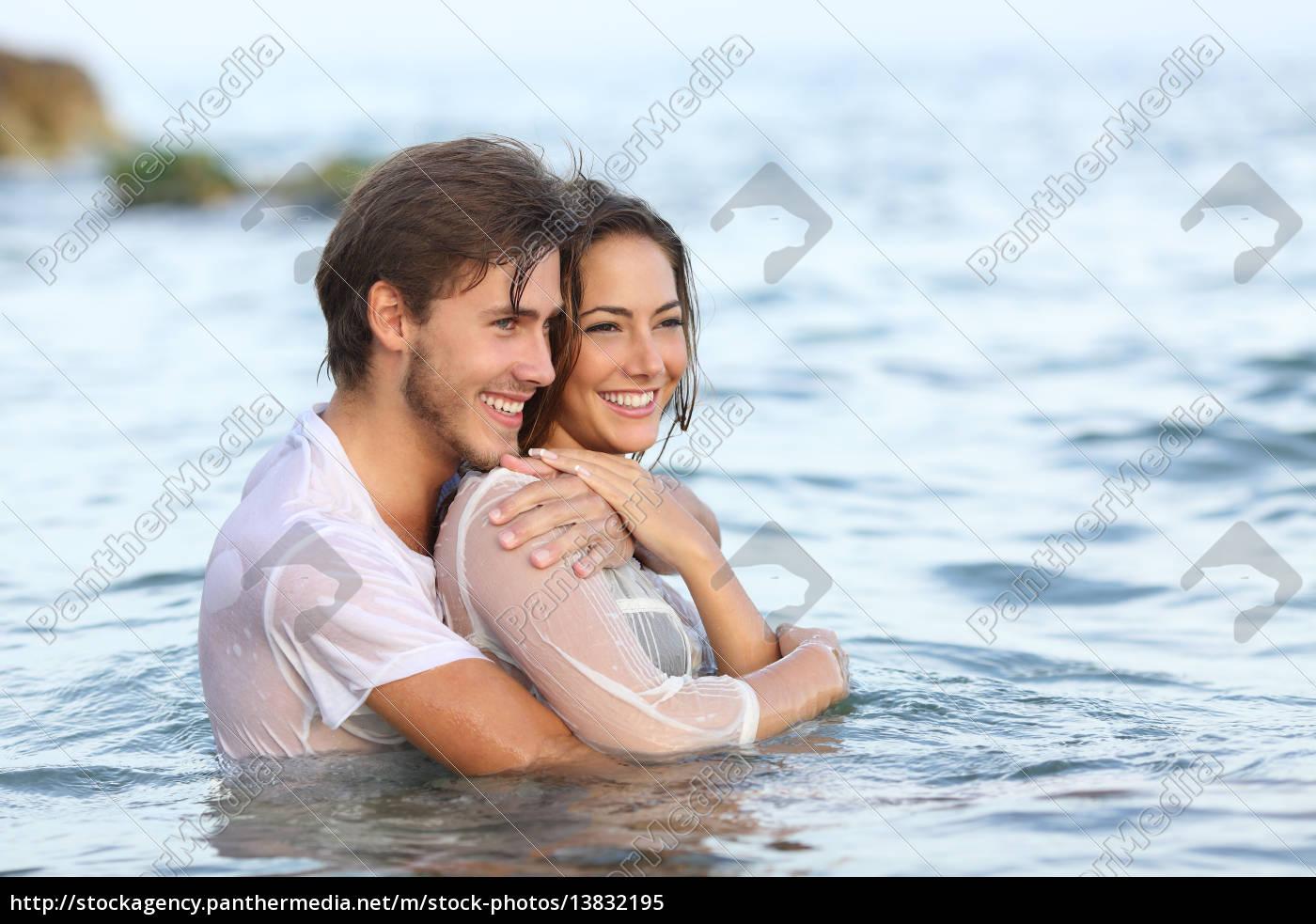 Glückliches Paar In Der Liebe Umarmt Und Baden Am Lizenzfreies