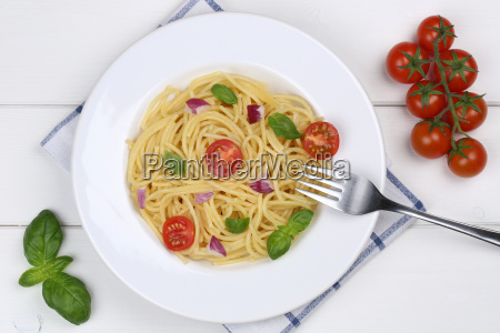 spaghetti with tomatoes and basil pasta